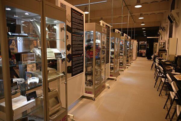 Mesas y expositores en Arcade Vintage, el museo del videojuego en la localidad alicantina de Ibi, en España - Sputnik Mundo