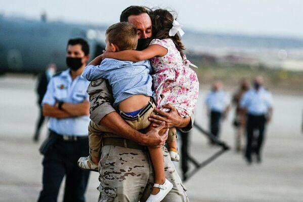 Militar abrazado a sus hijos al aterrizar en Zaragoza - Sputnik Mundo