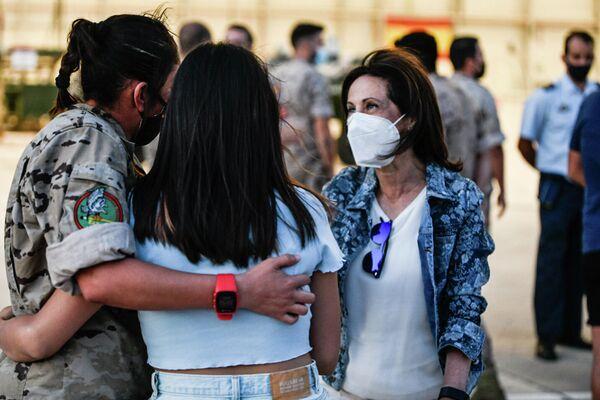 """En total, 2.206 personas fueron evacuadas desde Afganistán. Por números, 1.671 personas del contingente español, 333 de la Unión Europea, 131 de Estados Unidos, 50 de la OTAN y 21 de Portugal. A nivel logístico, 17 rotaciones del A400M entre Kabul y Dubái, 10 vuelos operados por Air Europa entre el golfo Pérsico y la base de Torrejón de Ardoz (Madrid) y uno más del A400M para cubrir esta ruta. En cuanto a personal, 130 militares, de los que medio centenar estaban desplegados en el aeródromo afgano. """"Vuelven con la satisfacción de la misión cumplida, pero lo hacen con tristeza porque mucha gente se ha quedado fuera y no ha podido entrar"""", dijo Robles, quien destacó """"el orgullo que siente toda la sociedad española"""" por su Ejército. - Sputnik Mundo"""