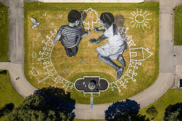 La obra World in Progress —Mundo en progreso— con un área de 6.000 metros cuadrados en un parque cerca de la Oficina de la ONU en Ginebra (Suiza), creada para conmemorar el 75 aniversario de la firma de la Carta de la ONU, el 2020. - Sputnik Mundo