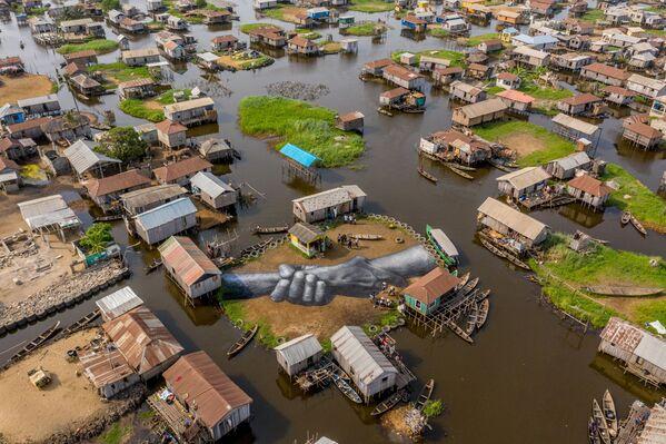 Una obra del proyecto Beyond Walls en la aldea flotante de Ganvie (Benin), 2021. - Sputnik Mundo