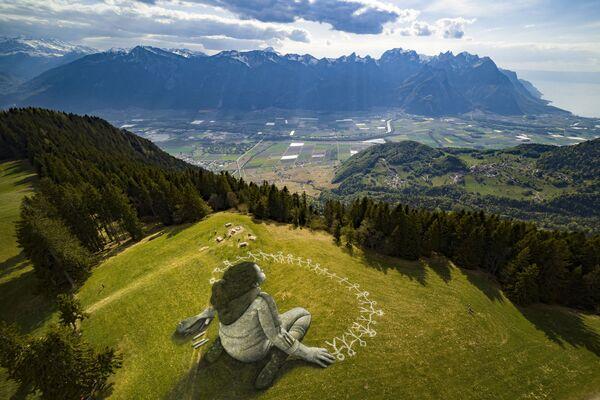 La obra Beyond Crisis —Más allá de la crisis— en el resort alpino de Leysin en Suiza, 2020. - Sputnik Mundo