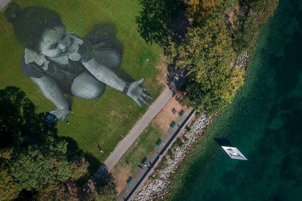 Una enorme pintura con un área de 5.000 metros cuadrados en Ginebra (Suiza), creada en apoyo de la organización humanitaria SOS Méditerranee, en 2018. - Sputnik Mundo