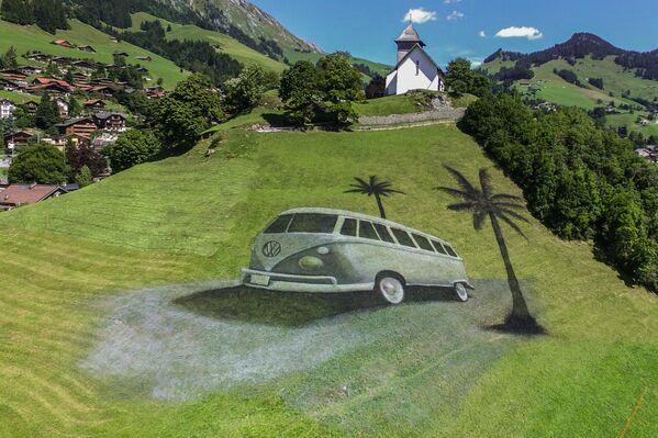 Una obra que representa la legendaria furgoneta Volkswagen Transporter en Chateau d'Oex (Suiza). El área de la pintura, realizada en 2017, era de 4.200 metros cuadrados. - Sputnik Mundo