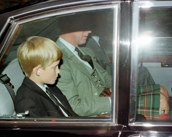 Uno de los primeros testigos en aparecer en el lugar fue el      director de cine James Huth que vivía cerca de allí. Cuando escuchó el      estruendo que provocó el impacto del coche fue a ayudar.En la foto: el príncipe Carlos con      sus hijos en Balmoral, Escocia, donde se enteraron sobre la muerte de la      princesa Diana. - Sputnik Mundo