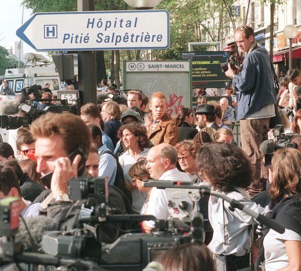 Henri Paul falleció en el acto. James      Huth vio la cabeza del chofer enterrada en la bolsa de aire del automóvil.      Diana estaba todavía viva en la parte de atrás de la cabina, escondida      detrás del cuerpo de Dodi que también había muerto. Poco a poco, el coche fue      rodeado por una multitud, y luego llegaron los médicos en una ambulancia.      En la foto: una multitud de periodistas y residentes locales frente al      hospital Pitie Salpetriere de París, donde murió la princesa Diana. - Sputnik Mundo