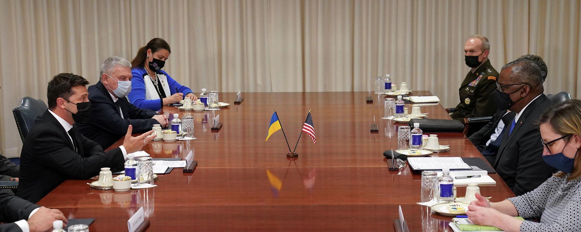 El secretario de Defensa de EEUU, Lloyd Austin, se reúne con el presidente de Ucrania, Volodímir Zelenskiy, y el ministro de Defensa de Ucrania, Andriy Taran, en el Pentágono - Sputnik Mundo, 1920, 31.08.2021