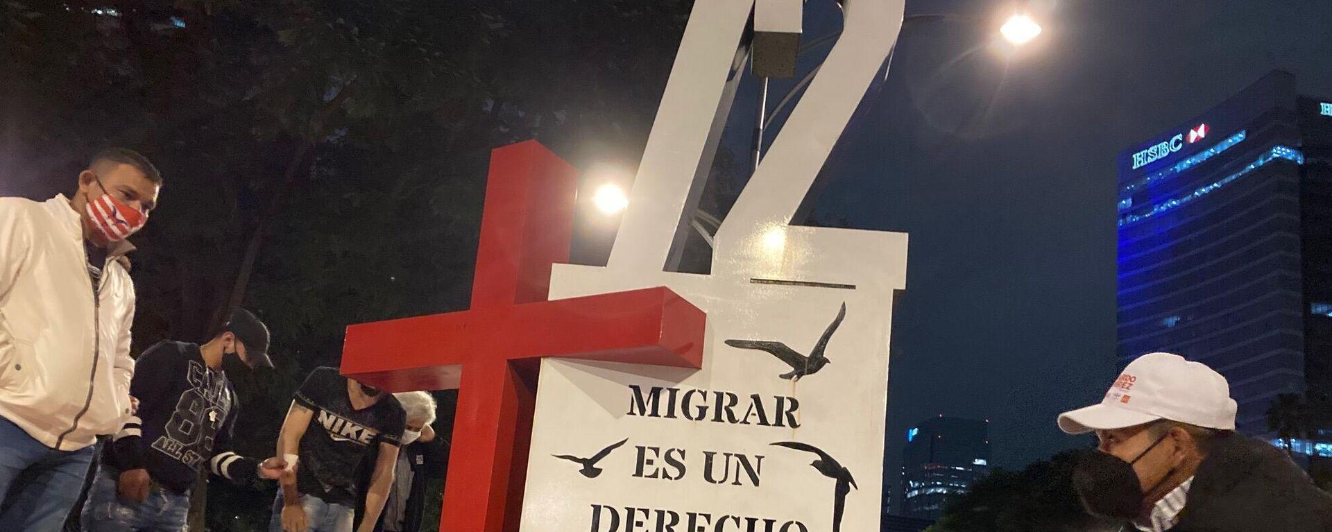 Un antimonumento que reza +72, recuerda a quienes han sido víctimas de la violencia en su paso por México - Sputnik Mundo, 1920, 31.08.2021