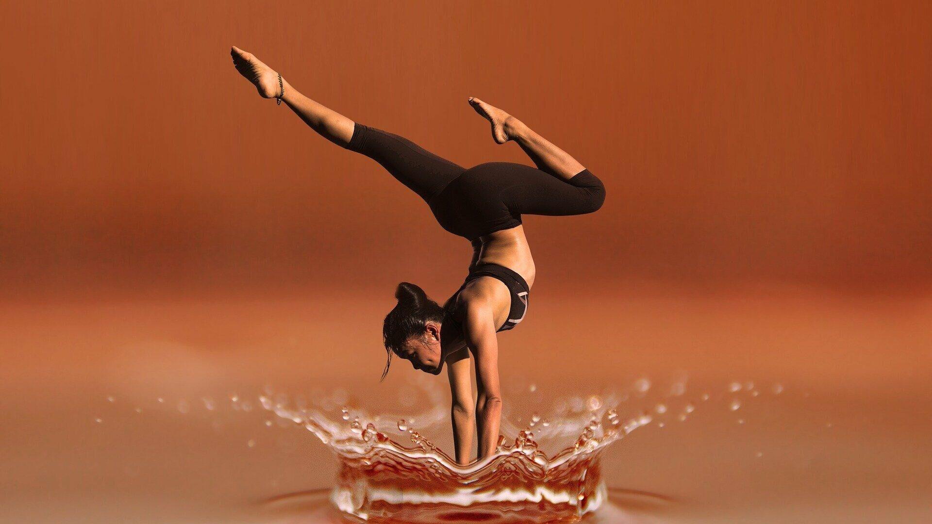 Una mujer y el yoga, actividad física - Sputnik Mundo, 1920, 01.09.2021