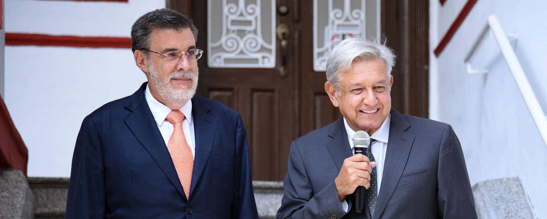 El presidente de México, Andrés Manuel López Obrador, (derecha) y el Consejero Jurídico de la Presidencia de México, Julio Scherer Ibarra - Sputnik Mundo, 1920, 02.09.2021