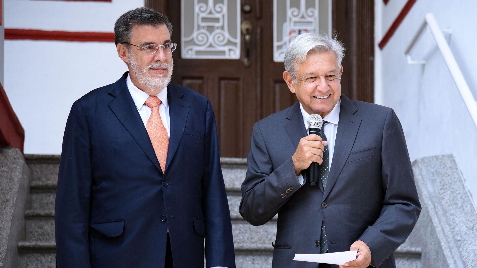 El presidente de México, Andrés Manuel López Obrador, (derecha) y el Consejero Jurídico de la Presidencia de México, Julio Scherer Ibarra - Sputnik Mundo, 1920, 01.09.2021
