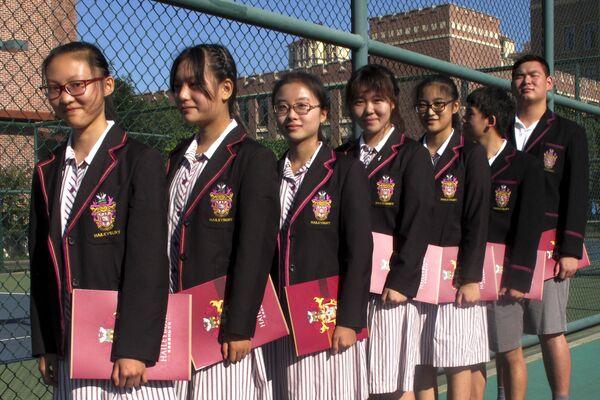 El uniforme escolar en China suele parecerse a la ropa de gimnasia. No obstante, con la creciente popularidad de la educación europea, cada vez son más las escuelas en las que los alumnos llevan los tradicionales uniformes europeos.En la foto: alumnos del Haileybury College del municipio de Tianjin (China). - Sputnik Mundo