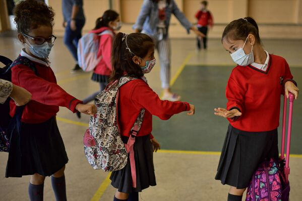 La mayoría de los colegios públicos y privados de España también utilizan el uniforme escolar.En la foto: alumnos del colegio Luis Amigo de Pamplona (España). - Sputnik Mundo