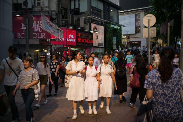 Hong Kong, una antigua colonia británica, ha conservado muchas tradiciones británicas, incluidas las relativas a los uniformes escolares. - Sputnik Mundo
