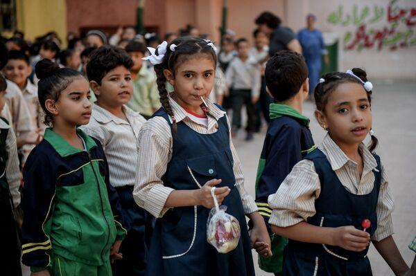 El uniforme de muchas escuelas de Egipto, sobre todo en El Cairo y las ciudades turísticas, es similar al de Europa. - Sputnik Mundo