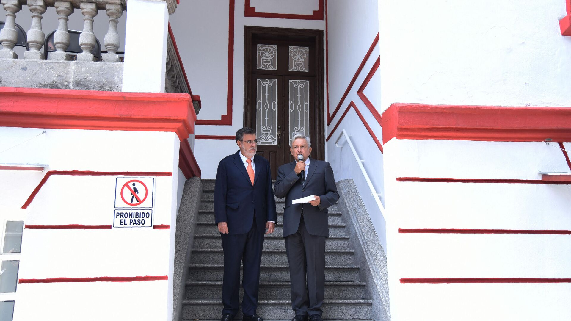 El presidente de México, Andrés Manuel López Obrador, (derecha) y el consejero jurídico de la Presidencia, Julio Scherer Ibarra (izquierda)  - Sputnik Mundo, 1920, 01.09.2021