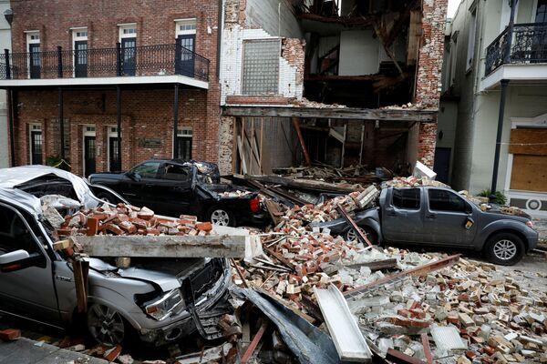 Los fuertes vientos destruyeron los edificios a su paso y colapsaron la costa de Luisiana y Misisipi. Dejaron sin electricidad a dos millones de habitantes, y miles de personas han sido evacuadas de sus viviendas. Aunque la cifra de fallecidos es de seis personas, estiman que podría aumentar.En la foto: la destrucción causada por el huracán Ida en Thibodaux, Luisiana (EEUU) - Sputnik Mundo