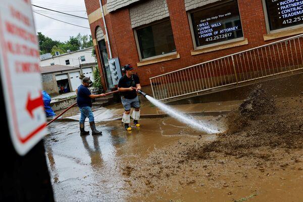 El 29 de agosto las ráfagas de viento alcanzaron los 240 km/h. Por lo que Ida alcanzó la categoría 4 de un total de 5 en la escala Saffir-Simpson. El 30 de agosto el ciclón se debilitó hasta convertirse en tormenta tropical y entrar en el interior del país con fuertes lluvias e inundaciones.En la foto: las inundaciones en Oakdale, Pensilvania. - Sputnik Mundo