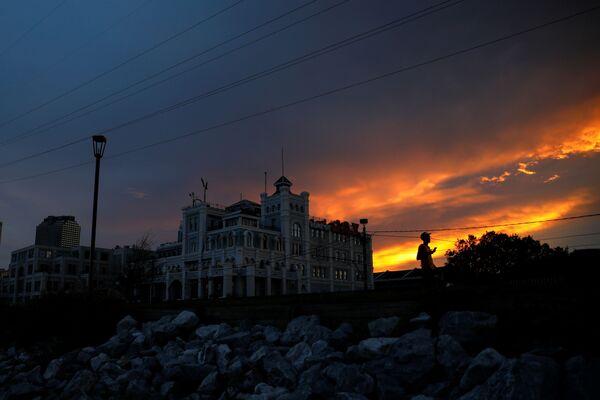 Los daños en la región son tan significativos que puede llevar semanas restablecer y reparar por completo el servicio eléctrico. La ciudad de Nueva Orleans fue la más afectada.En la foto: un hombre camina por las calles sin luz de Nueva Orleans. - Sputnik Mundo