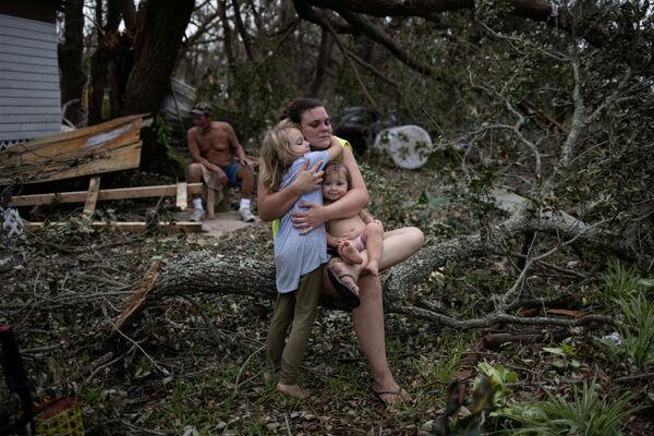 El  fenómeno natural Ida golpeó la costa de Nueva Orleans en el 16 aniversario de Katrina, huracán que en el 2005 rompió represas, inundó la ciudad y mató a 1.800 personas. Aunque la ciudad de Nueva Orleans escapó de las catastróficas inundaciones, los daños siguen siendo significativos.En la foto: una familia en una casa destruida en Golden Meadow, Luisiana (EEUU). - Sputnik Mundo