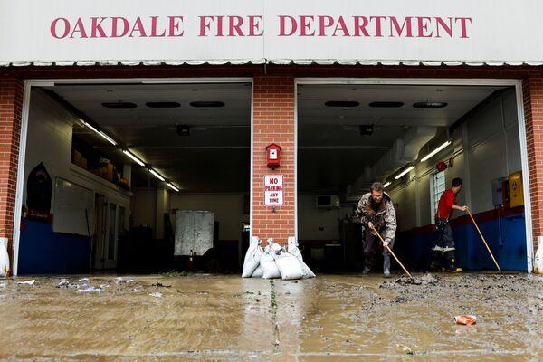 Continúan las operaciones de rescate. Mientras tanto, los meteorólogos advierten sobre posibles nuevas crecidas de agua y deslizamientos de tierra a lo largo de la ruta del huracán.En la foto: las secuelas de las lluvias en Oakdale, Pensilvania (EEUU). - Sputnik Mundo
