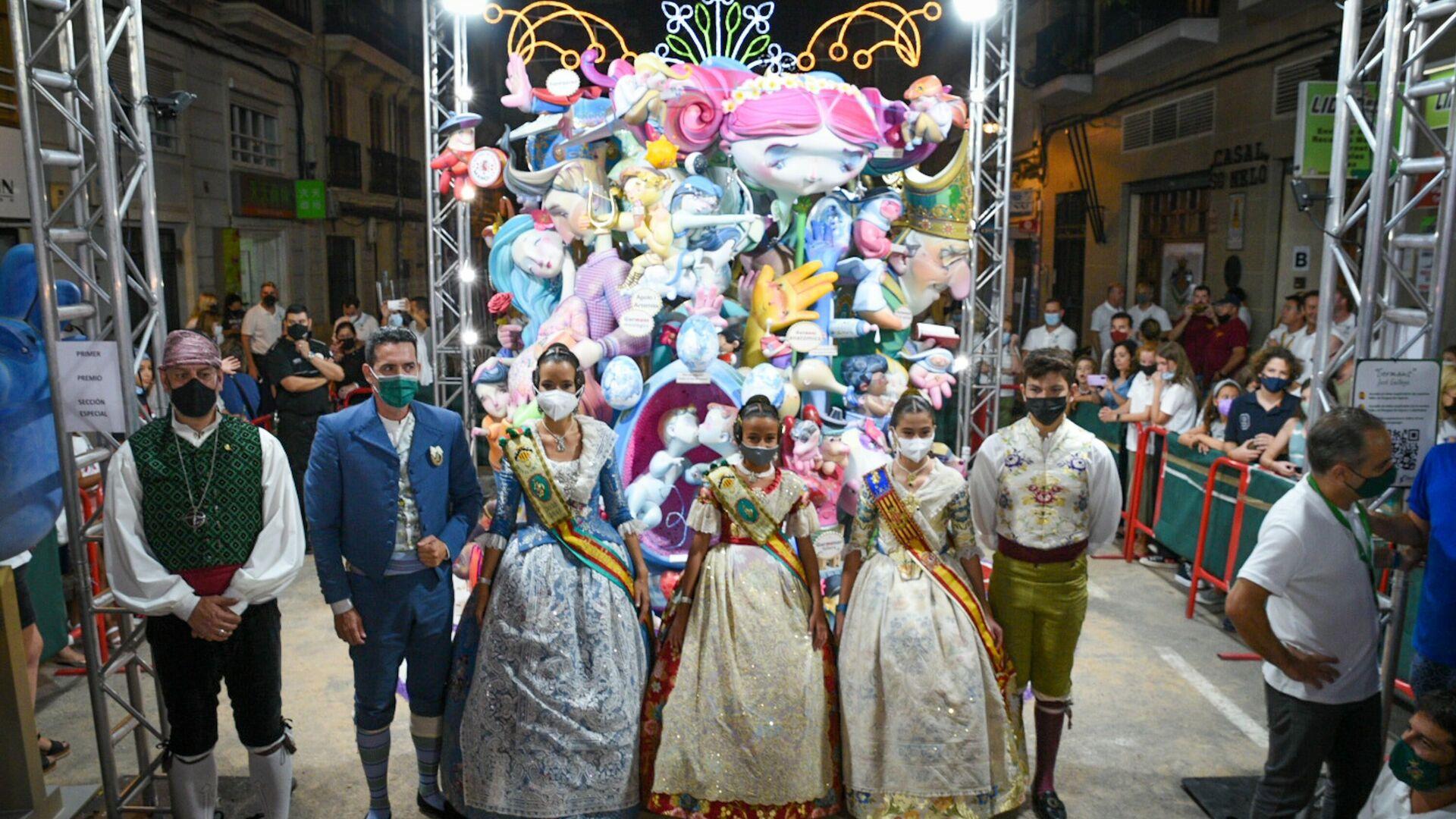Varias personas posan en una fotografía delante de la falla infantil ganadora de las Fallas de Valencia 2021 - Sputnik Mundo, 1920, 02.09.2021