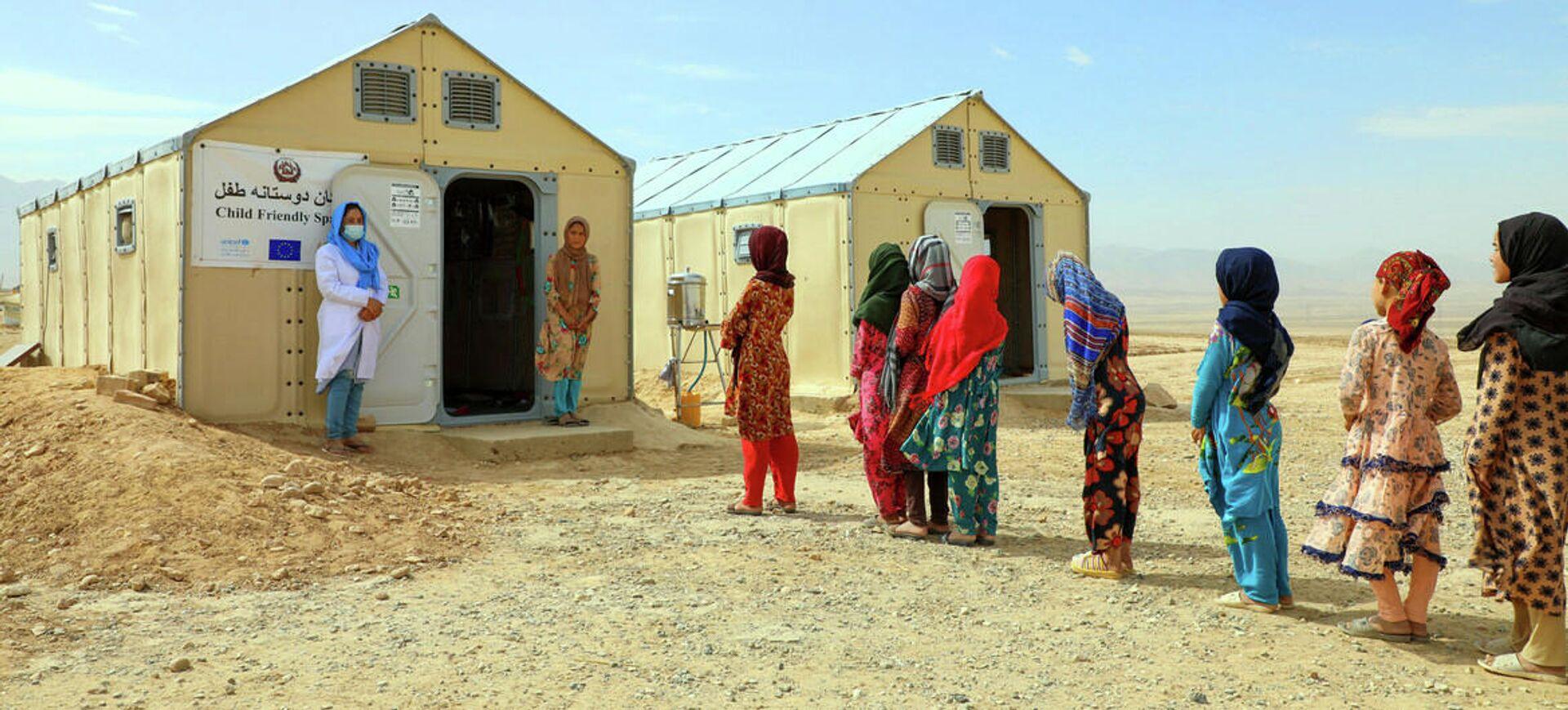 Niñas afganas desplazadas por el conflicto asisten a clases en un campamento para personas desplazadas - Sputnik Mundo, 1920, 02.09.2021