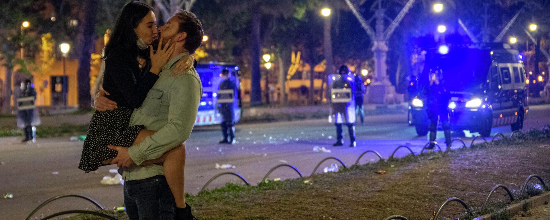 Una pareja se besa en una céntrica calle de Barcelona durante la primera noche sin el estado de alarma - Sputnik Mundo, 1920, 02.09.2021