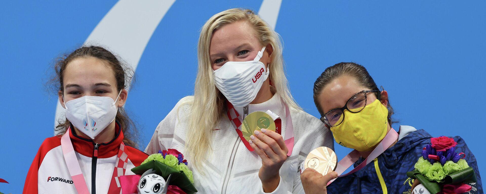 La medallista de oro Jessica Long, de Estados Unidos, celebra su victoria en el podio junto a la medallista de plata, Viktoriia Ishchiulova, del Comité  Paralímpico de Rusia, y la medallista de bronce Laura Carolina González Rodríguez, de Colombia  - Sputnik Mundo, 1920, 03.09.2021