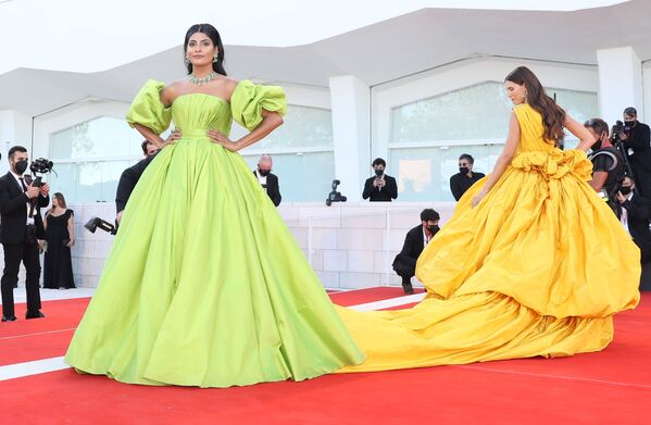 La modelo de ascendencia india y fundadora del blog Woman of the World, Farhana Bodi (a la izquierda), y la modelo italiana Bianca Balti en la ceremonia de apertura del 78 Festival Internacional de Cine de Venecia. - Sputnik Mundo