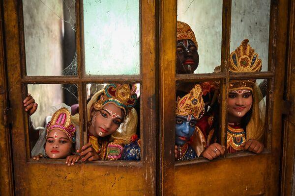 Artistas vestidas del dios hindú Krishna y sus compañeros mitológicos antes de actuar en el festival Janmashtami para conmemorar el nacimiento del Krishna en Calcuta, el 30 de agosto de 2021. - Sputnik Mundo