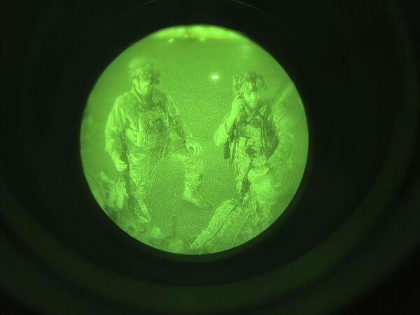 En esta imagen realizada a través de un dispositivo de visión nocturna, el mayor general Chris Donahue, comandante de la 82 División Aerotransportada del Ejército de EEUU, se prepara para abordar un avión de carga C-17 en el Aeropuerto Internacional Hamid Karzai en Kabul, el 30 de agosto de 2021, siendo el último militar estadounidense en salir de Afganistán. - Sputnik Mundo