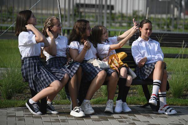 Varias alumnas durante una fiesta solemne dedicada al Día del Conocimiento que se celebra en Rusia el 1 de septiembre, en un nuevo centro de estudios, en Sochi. - Sputnik Mundo