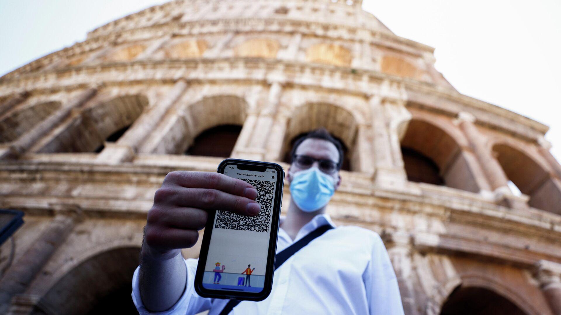Un hombre con el certificado de vacunación en Roma, Italia - Sputnik Mundo, 1920, 03.09.2021
