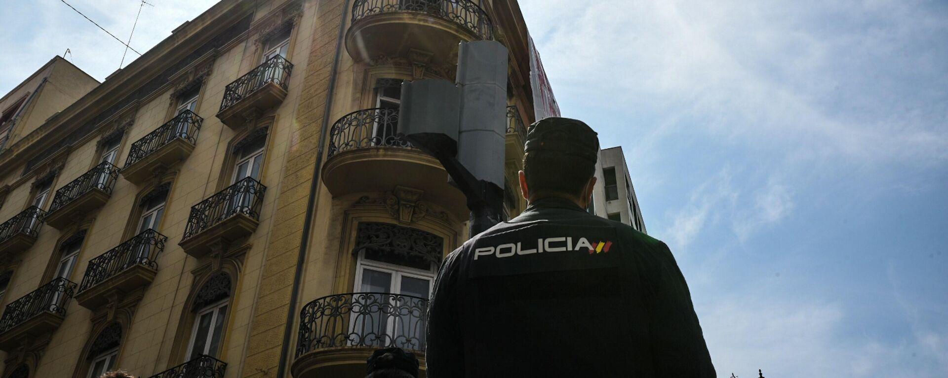 Un agente vigila un edificio 'okupado' en la ciudad española de Valencia (referencial)  - Sputnik Mundo, 1920, 03.09.2021