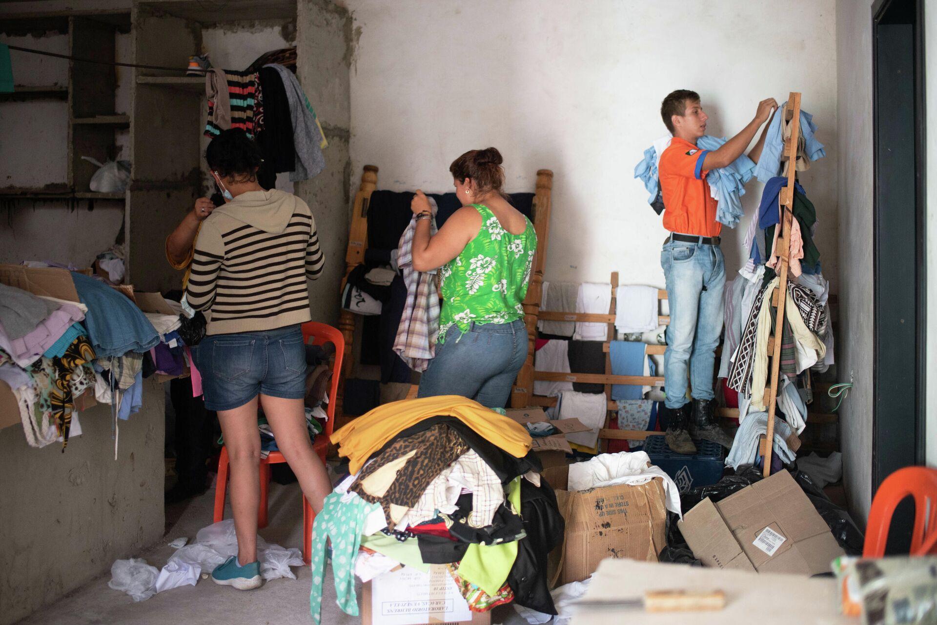 Venezolanos unen fuerzas para recuperar sus casas tras las fuertes lluvias - Sputnik Mundo, 1920, 04.09.2021