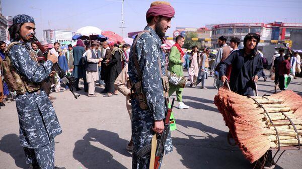 Las fuerzas de seguridad talibanes hacen la guardia en una calle de Kabul, Afganistán, el 4 de septiembre de 2021 - Sputnik Mundo