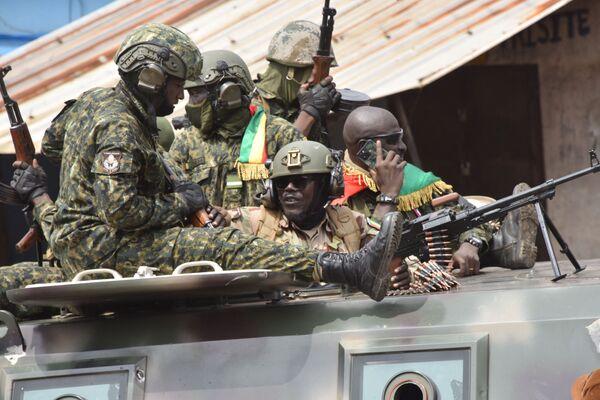 Las tropas especiales emitieron un mensaje de video donde anunciaron la detención del presidente Alpha Condé, que llevaba más de10años gobernando el país, y declararon el toque de queda en todo el país. - Sputnik Mundo