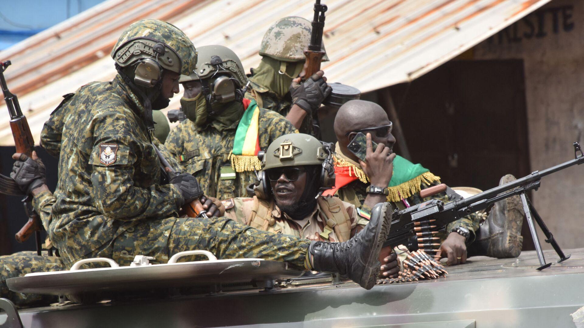 Военнослужащие Гвинеи на одной из улиц Конакри после ареста президента Альфы Конде - Sputnik Mundo, 1920, 08.09.2021