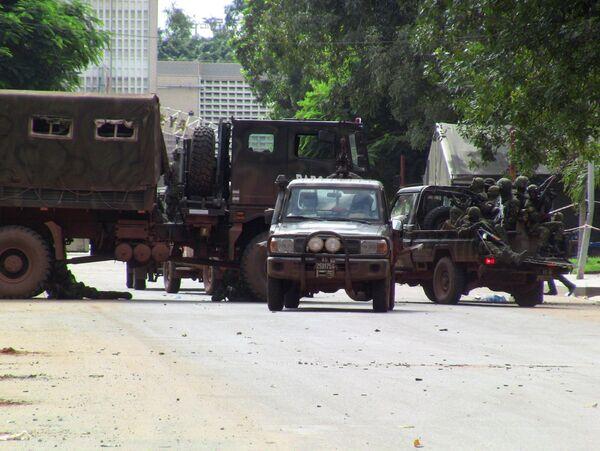 La única carretera que conduce desde el norte al palacio presidencial estábloqueada por los soldados. - Sputnik Mundo