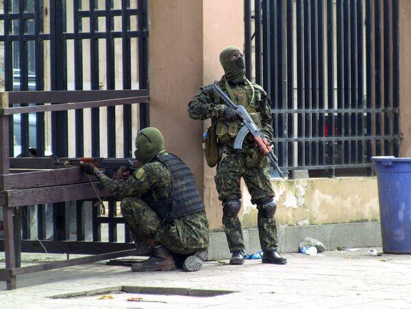 Los militares instan a los residentes a no salir de casa. En la foto:fuerzas especiales se desplazan en una calle de la capital de Guinea. - Sputnik Mundo