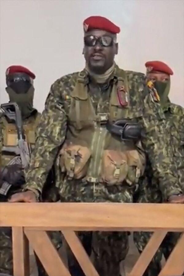 En la rebelión participan las Fuerzas Especiales del Gobierno (GPS), una unidad deélite delEjército guineano mejor entrenada y armada que las demás. Estádirigido por el coronel MamadyDumbuya, de la ciudad de Kankan en el este del país. Antes fue legionario delEjército Francés y llamado a Guinea en 2018 para dirigir las recién creadas fuerzas especiales.En la foto: el coronel Dumbuya hace una declaración tras la captura del presidente guineano y la disolución delGobierno del país. - Sputnik Mundo