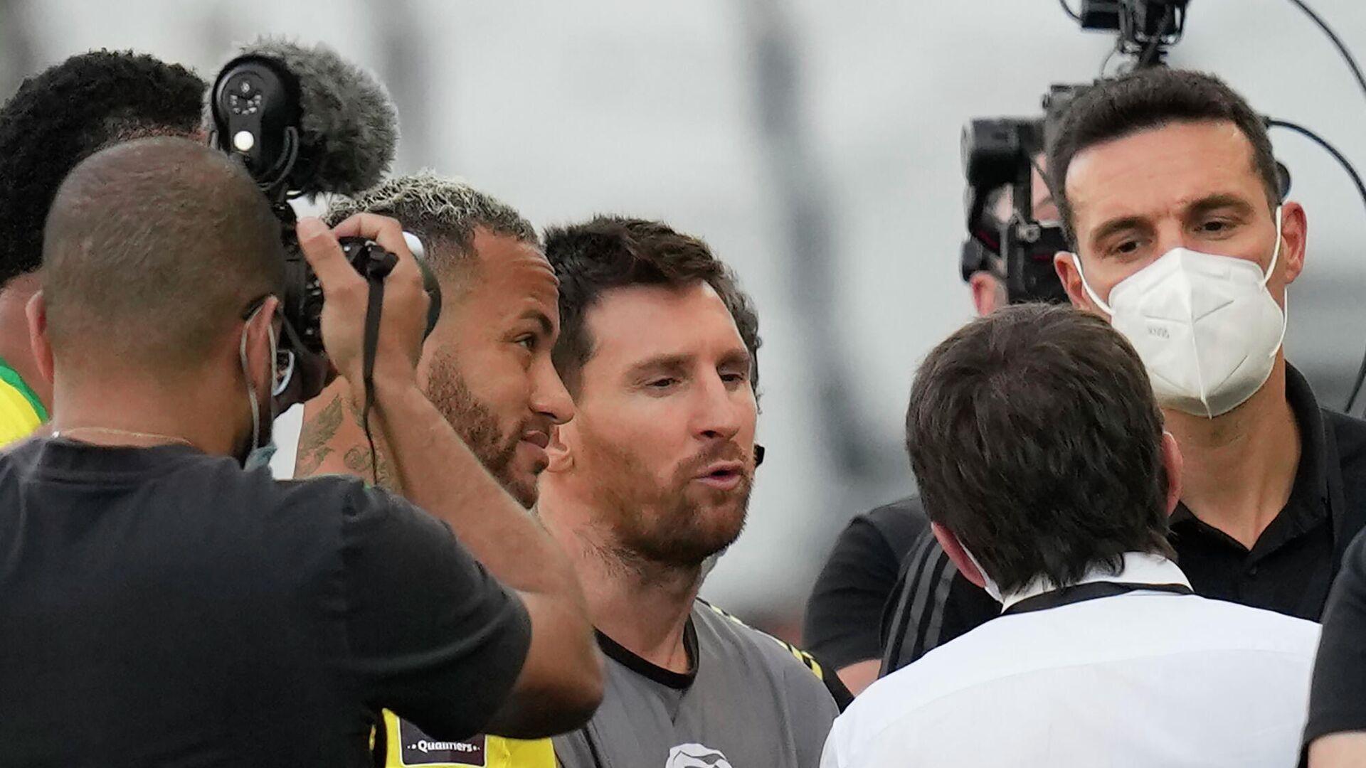El argentino Lionel Messi y el brasileño Neymar discuten tras la suspensión de Brasil-Argentina por las Eliminatorias hacia Catar 2022 - Sputnik Mundo, 1920, 06.09.2021