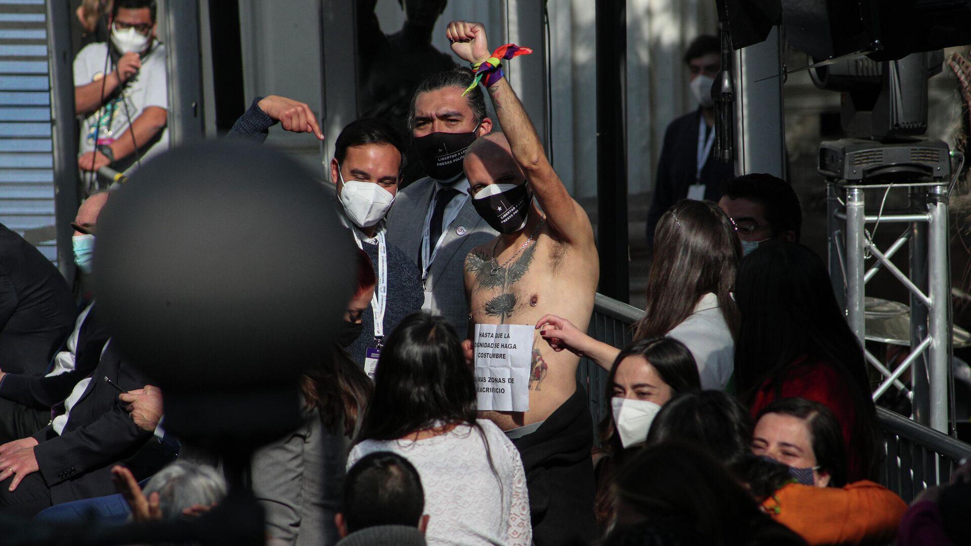 El constituyente chileno Rodrigo Rojas Vade, celebra sin camisa, durante el primer día de la Conveneción Constituyente - Sputnik Mundo, 1920, 06.09.2021