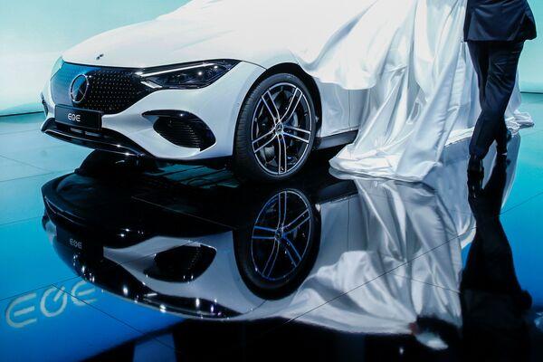 En la inauguración se presentóel modeloEQE de Daimler AG. - Sputnik Mundo
