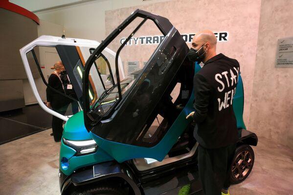 Un hombre muestra el coche eléctrico City Transformer. - Sputnik Mundo