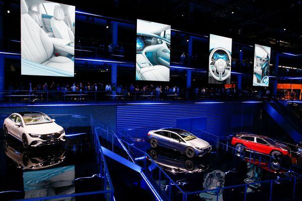 El modelo EQE junto al concept car Maybach y AMG EQS 53 se exponen en la IAA 2021. - Sputnik Mundo