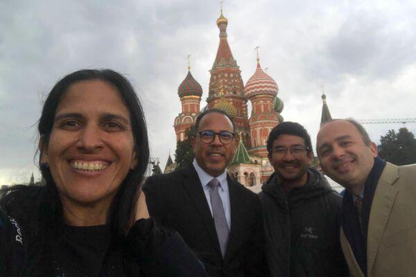 Thais Herrera y Kenji Kasahara en la Plaza Roja de Moscú - Sputnik Mundo