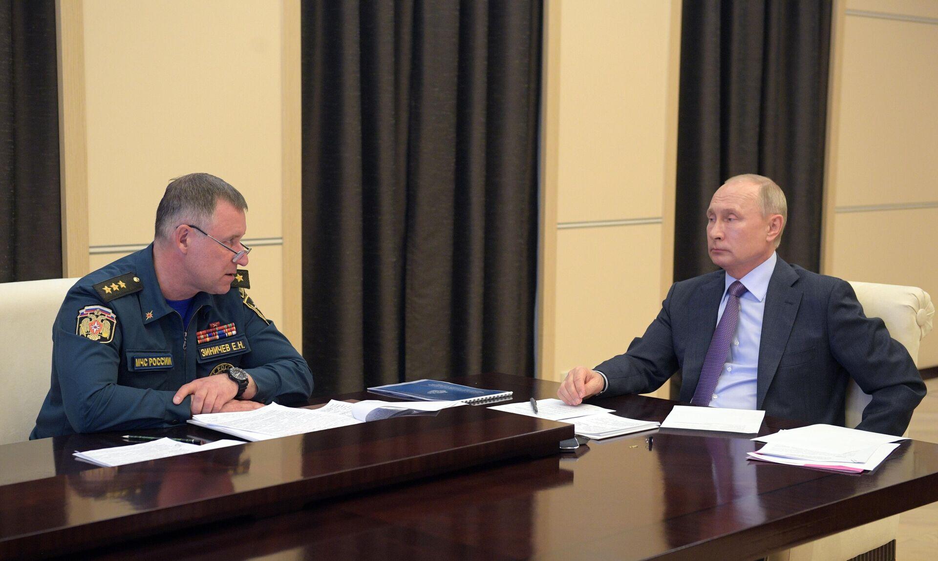 El ministro de Situaciones de Emergencia de Rusia, Evgueni Zínichev, junto al presidente Vladímir Putin - Sputnik Mundo, 1920, 08.09.2021