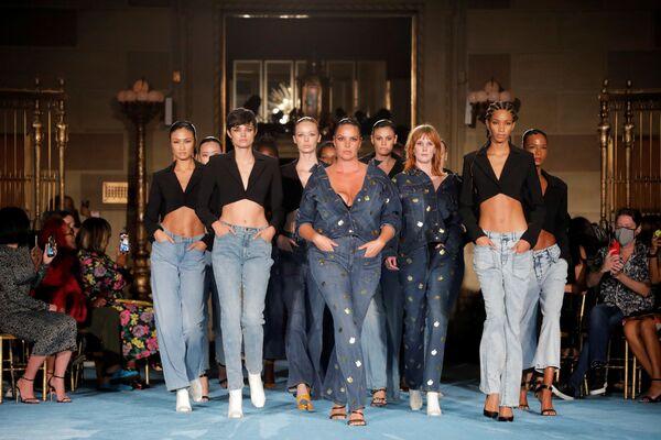 Unas modelos presentan la colección primavera-verano 2022 de Christian Siriano en la Semana de la Moda de Nueva York. - Sputnik Mundo